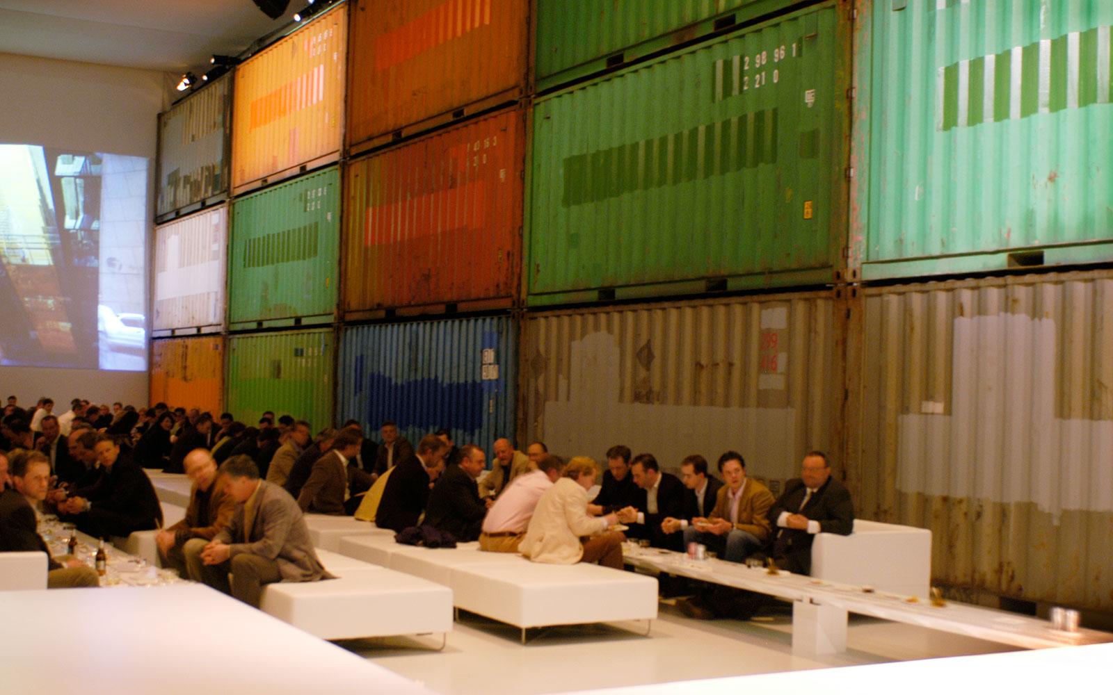 bên trong không gian hội nghị volvo C30 bằng container
