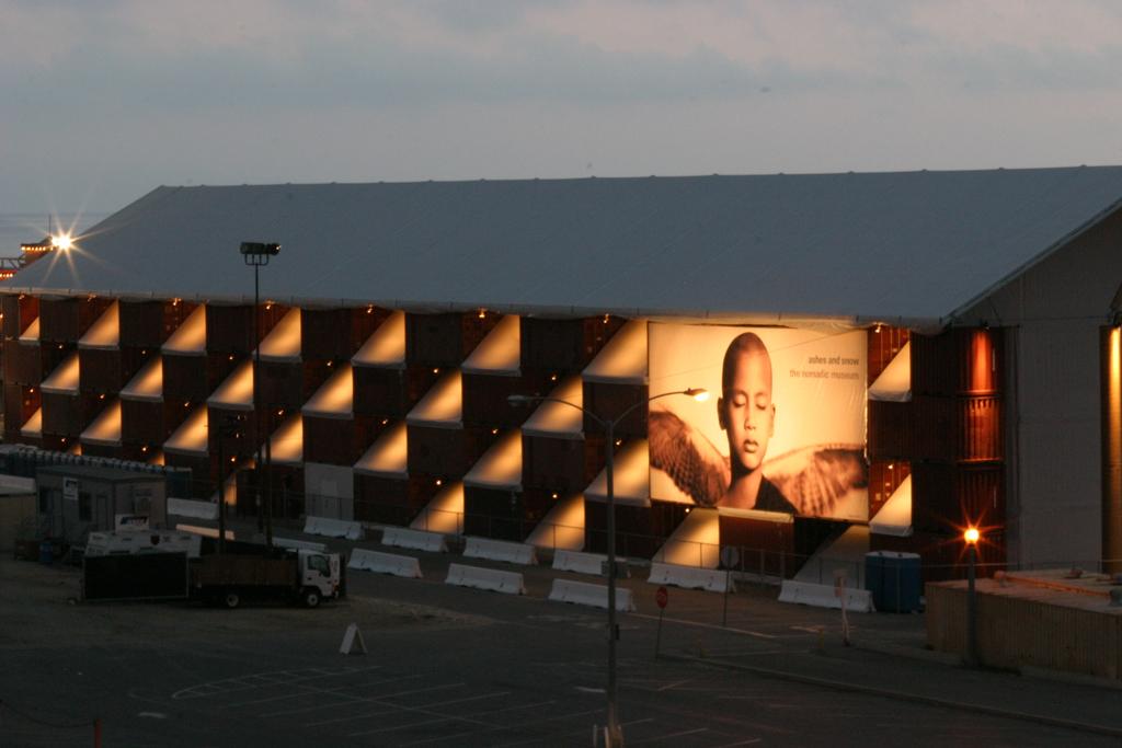 Bảo tàng nghệ thuật bằng container rất ấn tượng khi về đêm