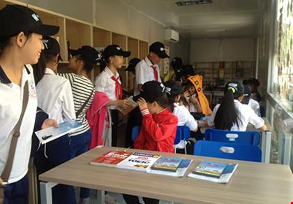 Hàng trăm học sinh trong thư viện container
